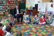 Pan Wójt czyta dzieciom bajki